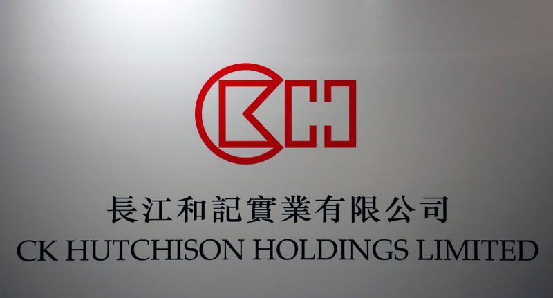© Reuters. Logo di CK Hutchison Holdings durante una conferenza stampa a Hong Kong