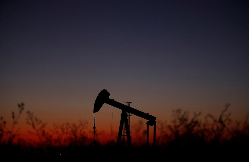 © Reuters. An oil pump is seen just after sunset outside Saint-Fiacre