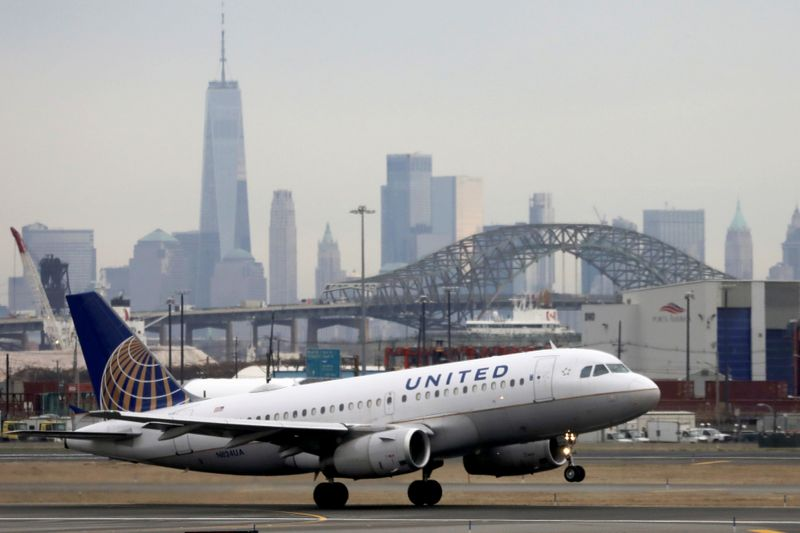 © Reuters. A United Airlines passenger jet takes off with New York City as a backdrop