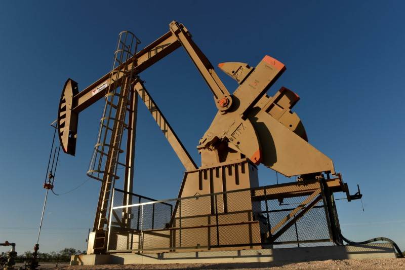 © Reuters. FILE PHOTO: A pump jack on a lease owned by Parsley Energy operates in the Permian Basin near Midland