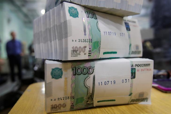 © Reuters. Рублевые банкноты в типографии Гознака в Москве