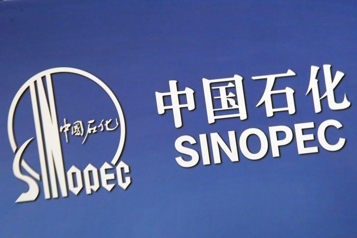© Reuters. Логотип компании Sinopec Corp в Гонконге