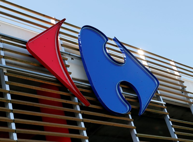 © Reuters. FILE PHOTO: A Carrefour logo is seen on a Carrefour Hypermarket store in Merignac near Bordeaux