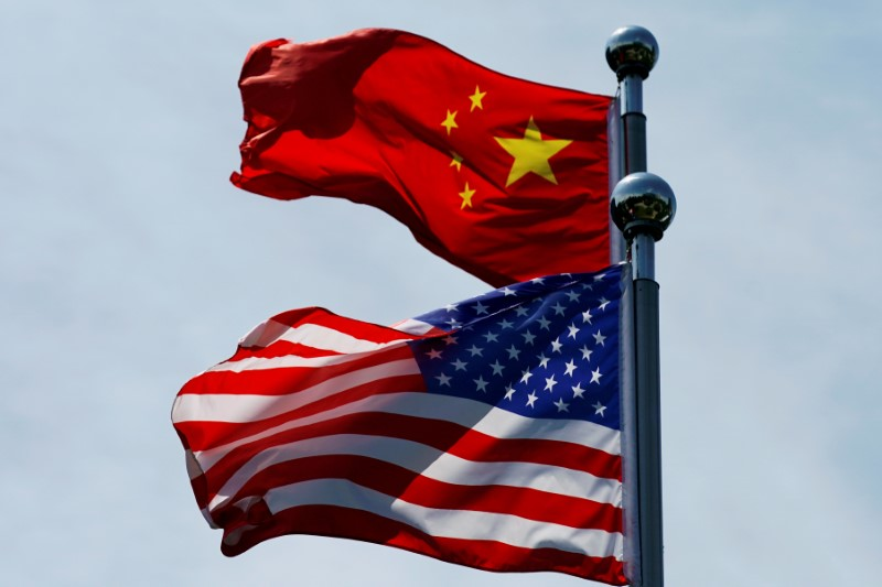 © Reuters. FILE PHOTO: Chinese and U.S. flags flutter near The Bund in Shanghai