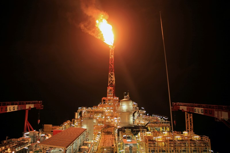 © Reuters. FILE PHOTO: Kaombo Norte floating oil platform is seen at night off the coast of Angola