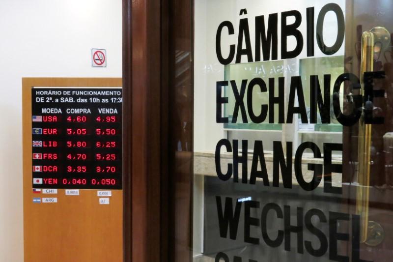 Dólar tem alta após quedas recentes; mercado discute fundamento de otimismo recente