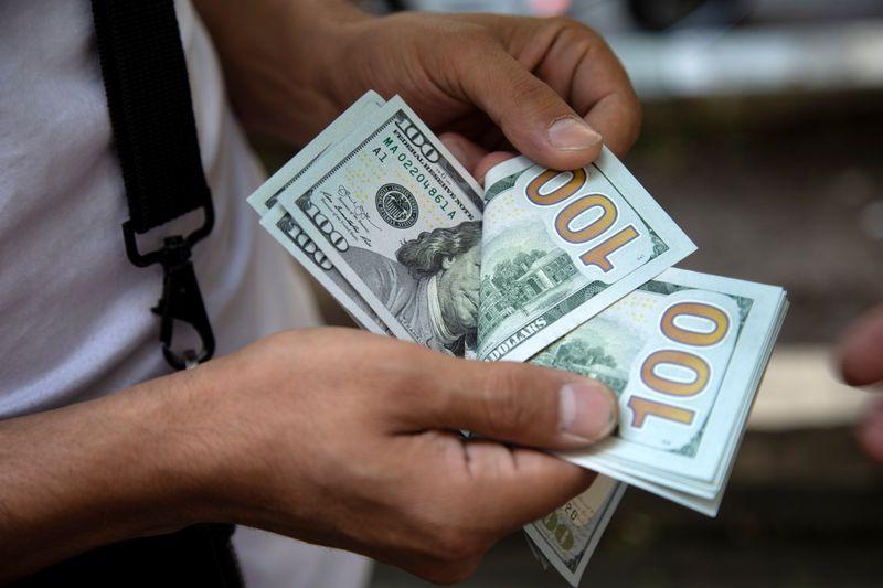 Dólar cai a R$4,85 e tem mínima em 12 semanas com euforia global