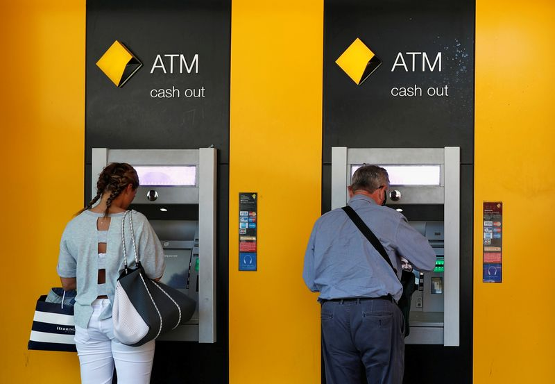 © Reuters. People use Commonwealth Bank of Australia (CBA) bank ATMs in Sydney