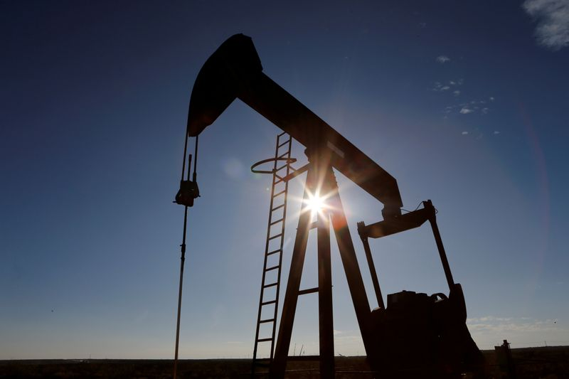 © Reuters. FILE PHOTO: The sun is seen behind a crude oil pump jack in the Permian Basin in Loving County