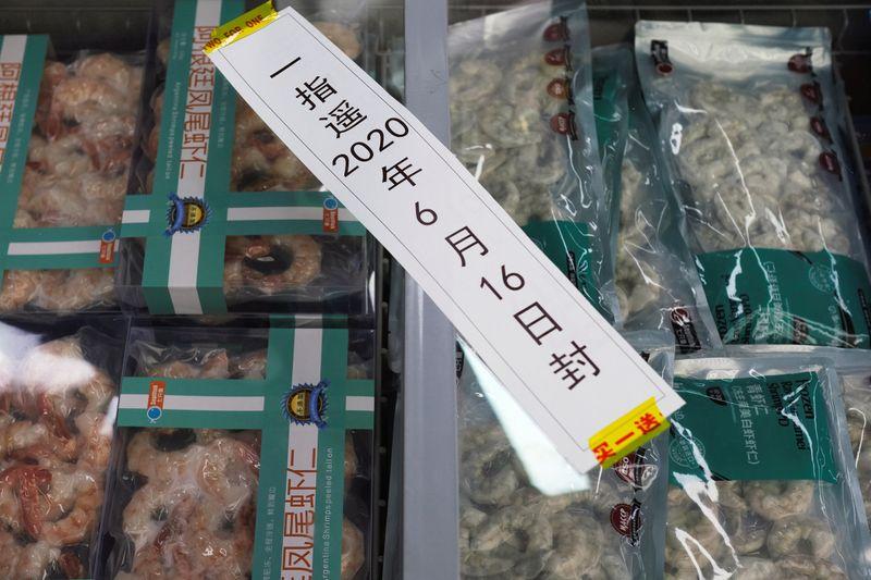© Reuters. Los productos del mar congelados de camarones importados se ven en un congelador sellado en un supermercado en Beijing
