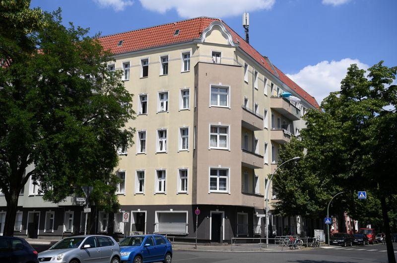 © Reuters. Vista general de un bloque de apartamentos en cuarentena en el distrito berlinés de Berlín-Neukoelln