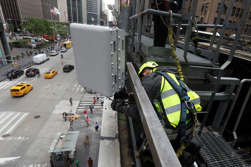© Reuters. Instalação de antena MIMO, fabricada pela Nokia, em Nova York