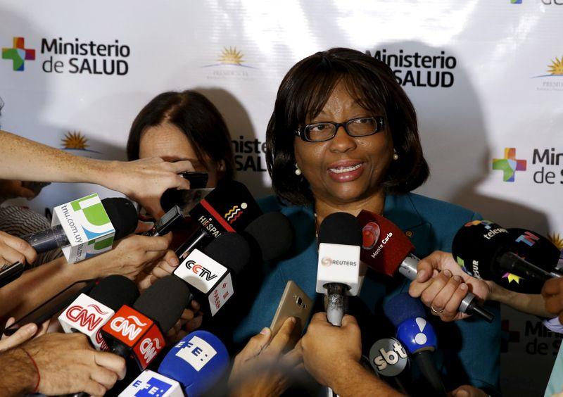 © Reuters. FOTO DE ARCHIVO: El director de la organización de salud panamericana Etienne hace declaraciones a los medios durante una reunión de ministros de salud pública del bloque comercial Mercosur para discutir las pautas para combatir el virus Zika en Montevideo