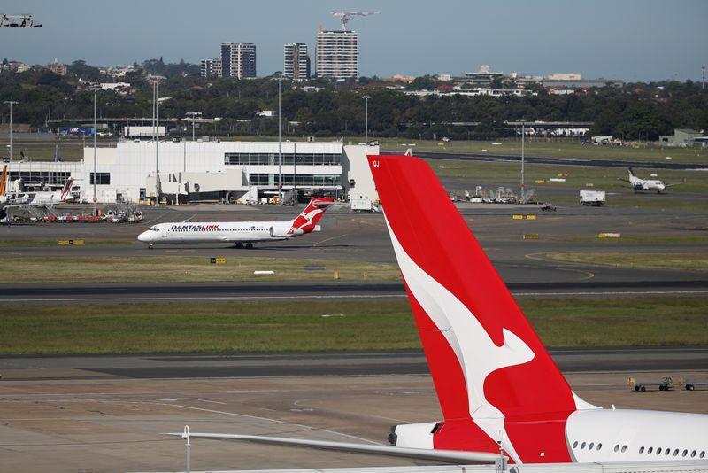 © Reuters. FOTO DE ARCHIVO: FOTO DE ARCHIVO: Aviones de Qantas se ven en el Aeropuerto Internacional Kingsford Smith en Sydney