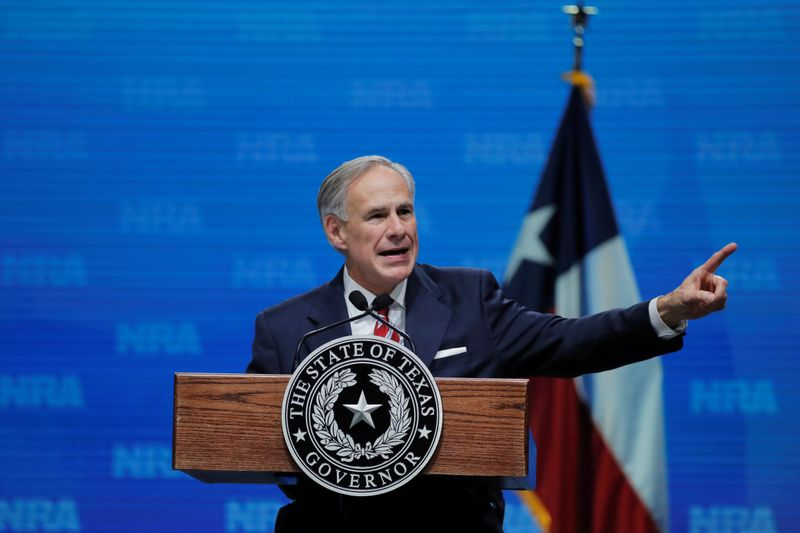 © Reuters. FILE PHOTO: Texas Governor Greg Abbott speaks at the annual NRA convention in Dallas, Texas