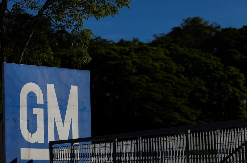 © Reuters. FILE PHOTO: The GM logo is seen at the General Motors plant in Sao Jose dos Campos