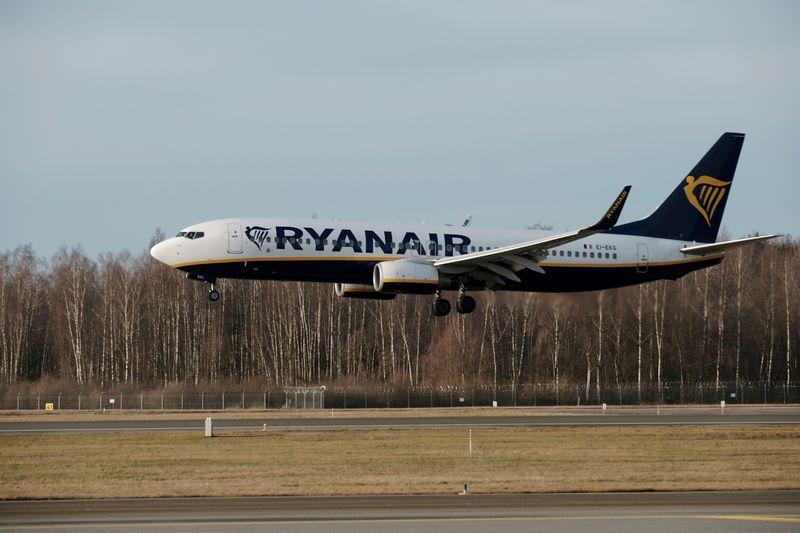 Ryanair bypasses union, threatens base closures in Irish pilot talks