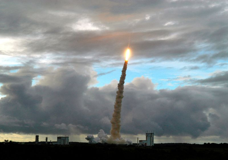 © Reuters. FOTO DE ARCHIVO: El lanzador Ariane 5 ECA despega de la base de Kourou en la Guayana Francesa