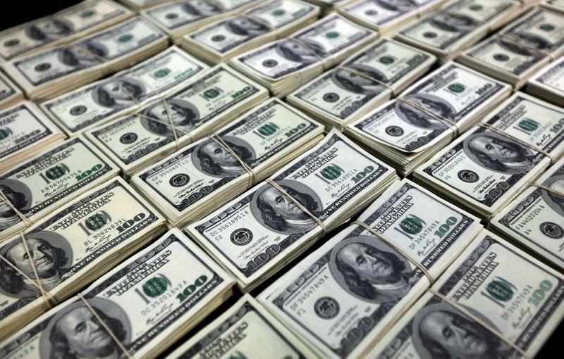 Dólar recua ante real em ajuste após rali da semana passada