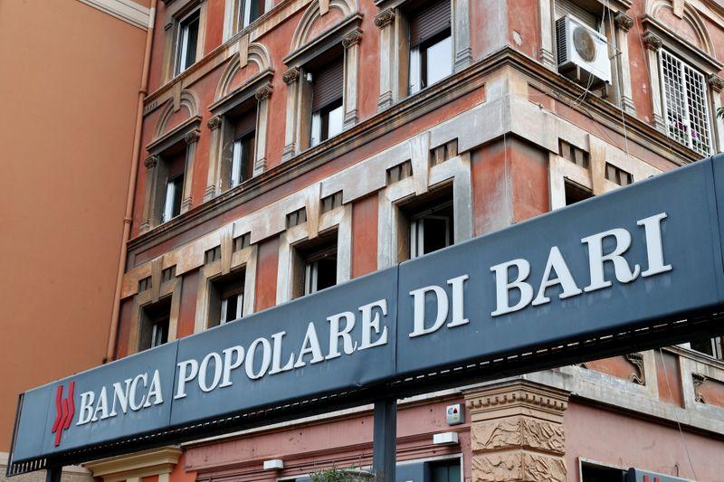 © Reuters. Logo di Banca Popolare di Bari fuori da una filiale a Roma