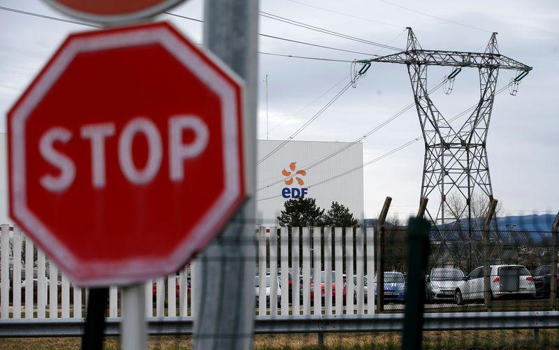 © Reuters. EDF ARRÊTE FESSENHEIM, DOYENNE DES CENTRALES NUCLÉAIRES FRANÇAISES