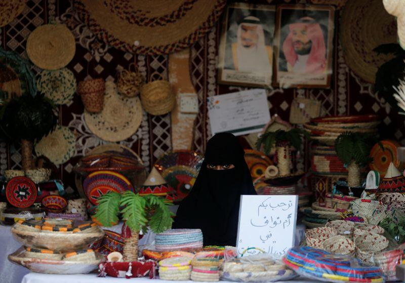 © Reuters. Una mujer saudita se sienta en su tienda en Heritage Village durante el Festival Cultural de la Costa del Golfo en Dammam Corniche, Dammam