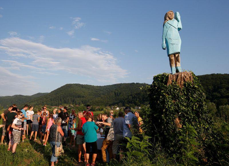 © Reuters. FOTO DE ARCHIVO: La escultura de madera a tamaño real de la primera dama de los Estados Unidos, Melania Trump, se presenta oficialmente en Rozno, cerca de su ciudad natal, Sevnica.