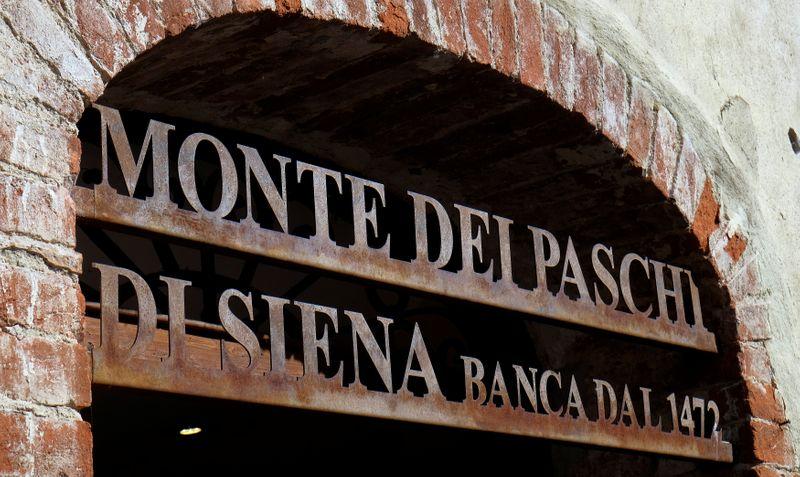 © Reuters. Ingresso della sede del Monte Dei Paschi di Siena a San Gusme vicino Siena