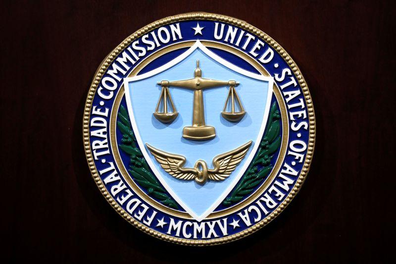 © Reuters. Prensa de la FTC sobre el acuerdo de Facebook en Washington