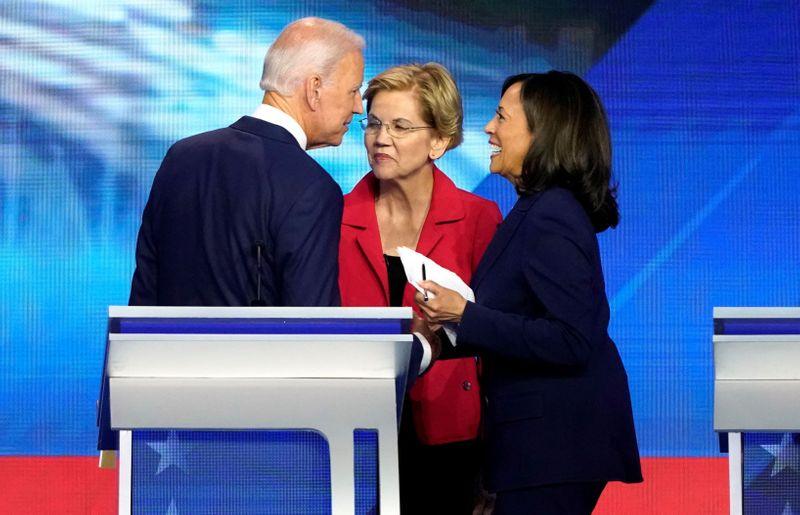 © Reuters. Foto de archivo ilustrativa de Joe Biden hablando con la senadora Elizabeth Warren (C) y la también senadora Kamala Harris (D) tras el debate demócrata en Houston, Texas