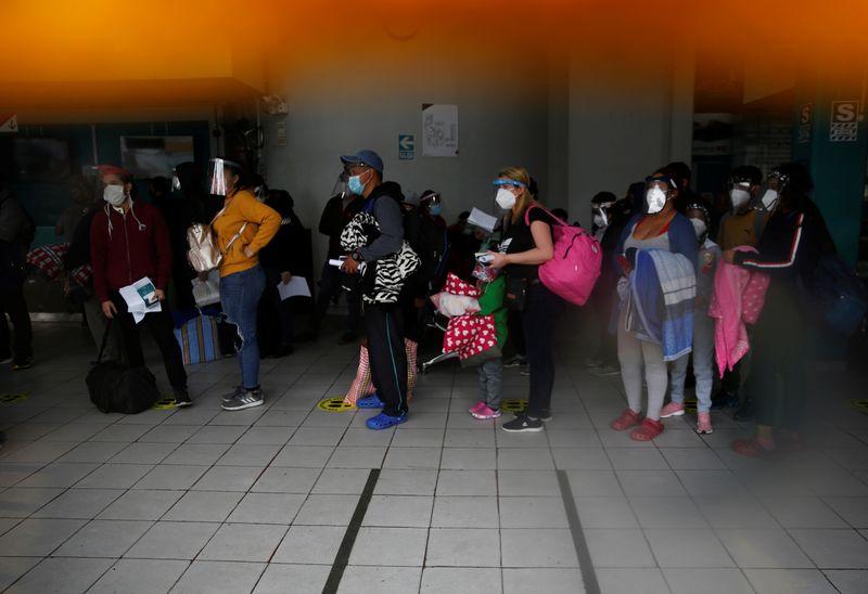 © Reuters. وفيات كورونا في أمريكا اللاتينية تجاوزت 200 ألف حالة