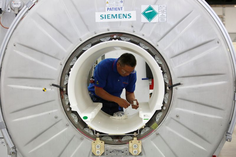 © Reuters. A staffer works on a magnetic resonance imaging machine at a production line of Siemens Healthineers in Shenzhen