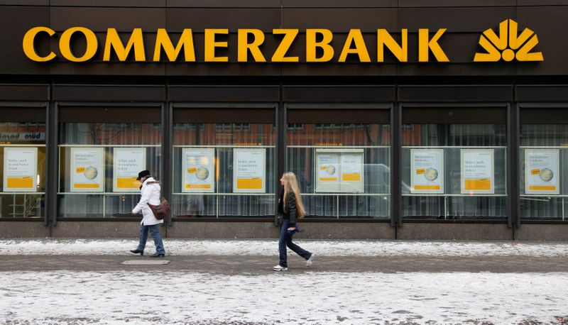 © Reuters. FILE PHOTO: People walk past a branch of Commerzbank in Berlin