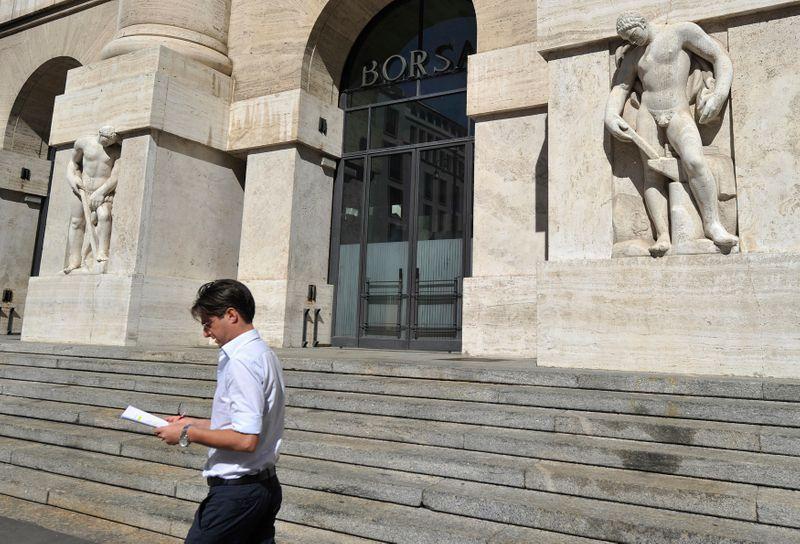 © Reuters. Un uomo fuori dall'ingresso della Borsa di Milano