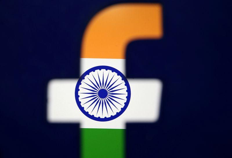 © Reuters. FOTO DE ARCHIVO: La bandera de la India se puede ver en esta imagen de ilustración a través de un logo de Facebook impreso en 3D