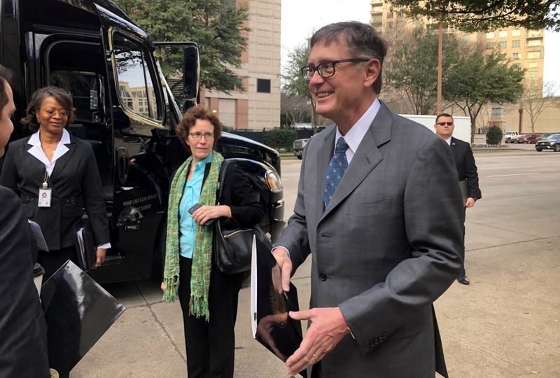 © Reuters. FILE PHOTO: Federal Reserve Vice Chairman Clarida boards a bus to tour South Dallas as part of a community outreach by U.S. central bankers in Dallas