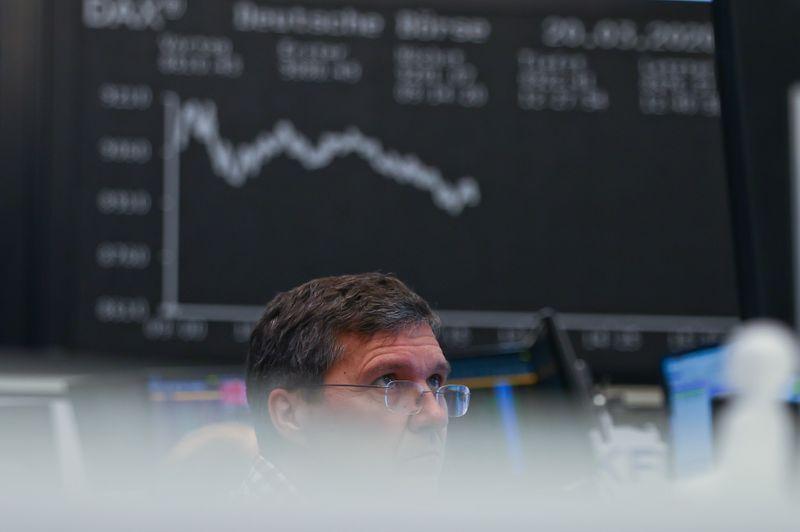 © Reuters. LES BOURSES EUROPÉENNES FINISSENT DANS LE ROUGE
