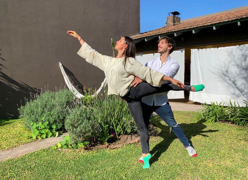 © Reuters. Los bailarines Manuela Lavalle y Facundo Luqui, que iniciaron un concurso internacional de baile con un colega, posan para una foto en Buenos Aires