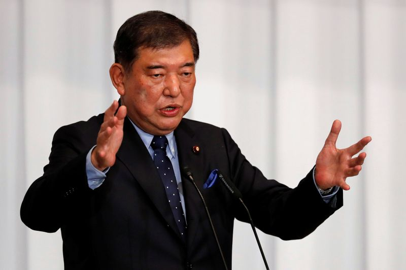 © Reuters. Japan's ex-defence minister Shigeru Ishiba delivers a speech during a meeting on the LDP party leader election at the party's headquarters in Tokyo