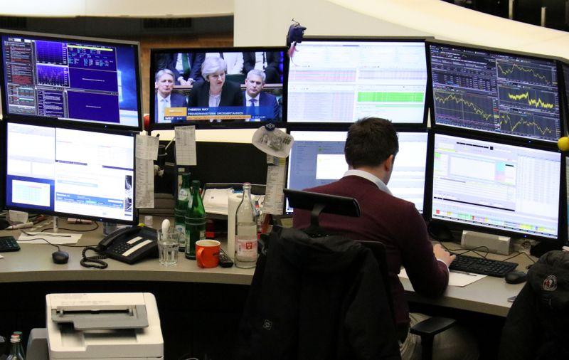 © Reuters. LES BOURSES EUROPÉENNES, LONDRES EXCEPTÉE, ÉVOLUENT EN HAUSSE À LA MI-SÉANCE