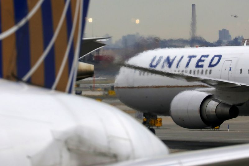 © Reuters. FILE PHOTO: A United Airlines passenger jet taxis at Newark Liberty International Airport