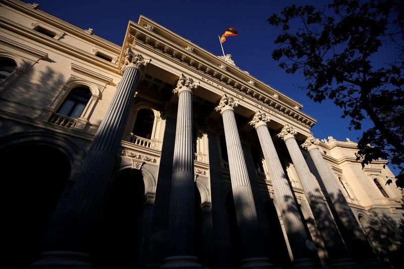 © Reuters. Una bandera española ondea sobre la Bolsa de Madrid, España, el 1 de junio de 2016