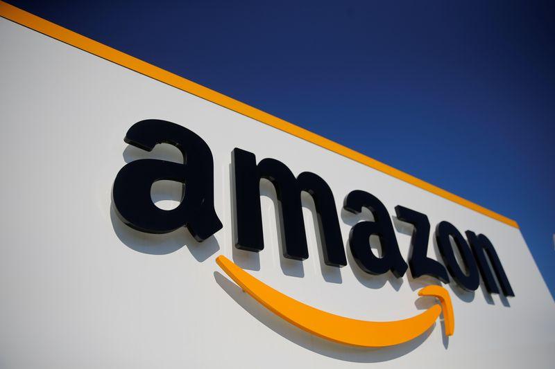 © Reuters. FOTO DE ARCHIVO: El logo de Amazon en el centro logístico de la compañía en Lauwin-Planque, norte de Francia, el 22 de abril de 2020