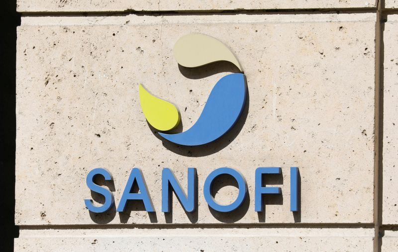 © Reuters. FILE PHOTO: Sanofi logo is seen at the company's headquarters in Paris, France