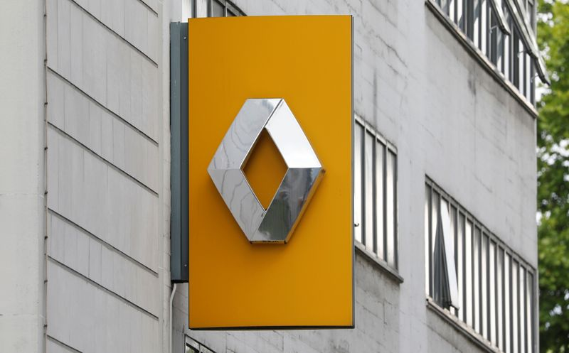 © Reuters. Renault dealership in Paris