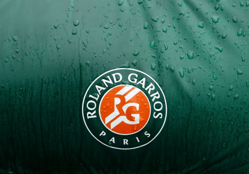 © Reuters. The logo of Roland Garros tournament is seen on a referee chair on the Philippe Chartrier court as rain stops play during the French Open tennis tournament in Paris