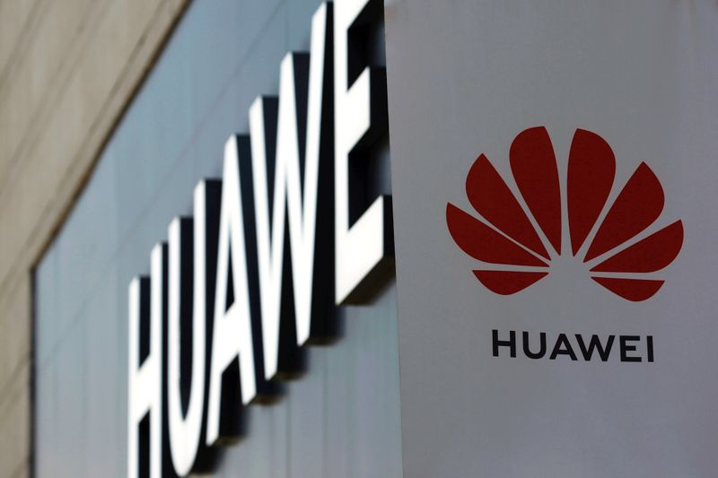 © Reuters. FILE PHOTO: Huawei sign is seen outside its store at a shopping complex in Beijing