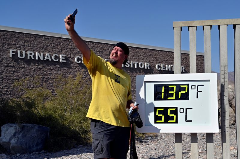 © Reuters. FILE PHOTO: Extreme Heat in Death Valley