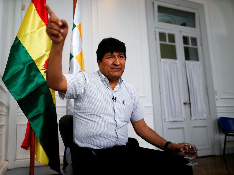 © Reuters. FOTO DE ARCHIVO: El expresidente boliviano Evo Morales hace gestos durante una entrevista con Reuters en Buenos Aires