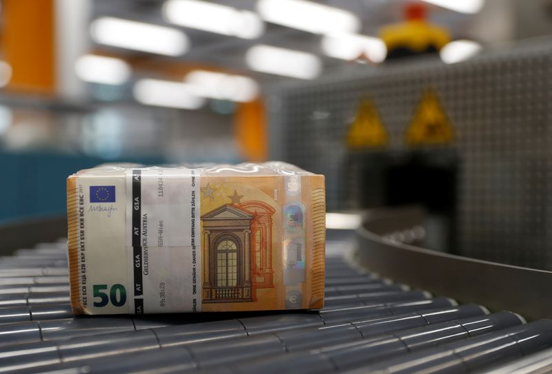 © Reuters. Bundles of 50 Euro banknotes move along a conveyer belt at the Money Service Austria company's headquarters in Vienna